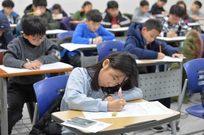 제2회 소프트웨어사고력 올림피아드 대회에 참여한 학생이 답안지를 작성하고 있다. 전자신문DB
