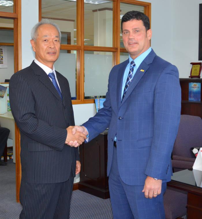 조창섭 한국동서발전 처장과 엠마뉴엘 다로사 JPS CEO가 기술지원사업 협약 체결 후 기념촬영했다.