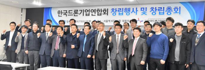 송재근 한국드론기업연합회장(앞줄 왼쪽에서 여덟번째)이 창립행사에 앞서 기념촬영하고 있다.<사진 박지호 기자>