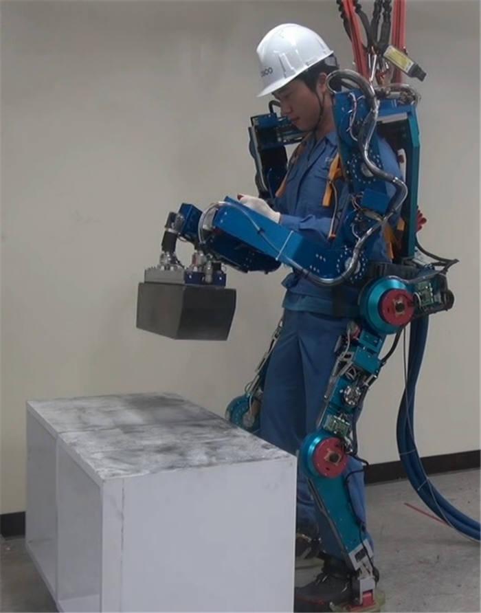 사진은 한국로봇융합연구원이 개발한 전신형 근력지원로봇을 작업자가 착용한 모습. <전자신문DB>