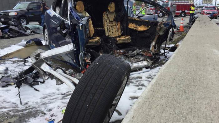 추돌 사고 후 폭발한 테슬라 모델X.