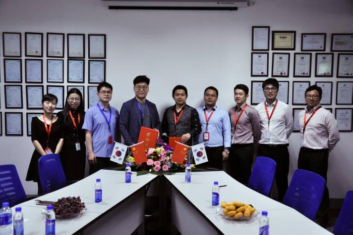 권해원 페이콕 대표(왼쪽 네번째)와 레오 허(Leo He) 씽한스마트테크(XH Smart Tech) 대표, 관계자들이 지난 13일 MOU체결 후 기념촬영했다.