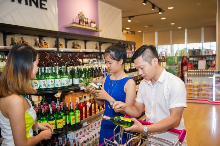 소주가 '한류 열풍'을 타고 글로벌 무대에서 또 하나의 한류를 만들고 있다. 사진은 베트남 수도 하노이의 한 대형마트에서 베트남 시민들이 '참이슬'과 '진로24'를 살펴보고 있는 모습. 사진=하이트진로 제공
