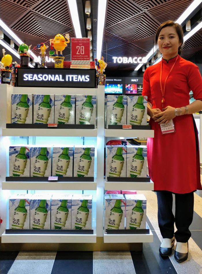 소주 한류가 불면서 국내 소주업체들이 앞다퉈 해외 진출에 속도를 높이고 있다. 베트남 다낭 면세점에 입점한 롯데주류의 '처음처럼'. 사진=롯데주류 제공