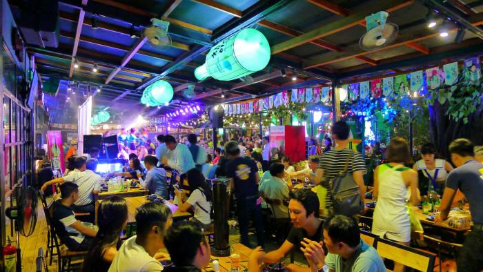 소주가 '한류 열풍'을 타고 글로벌 무대에서 또 하나의 한류를 만들고 있다. 하이트진로의 베트남 진로포차 1호점에서 베트남 젊은 고객들이 식사를 하고 있다. 사진=하이트진로 제공