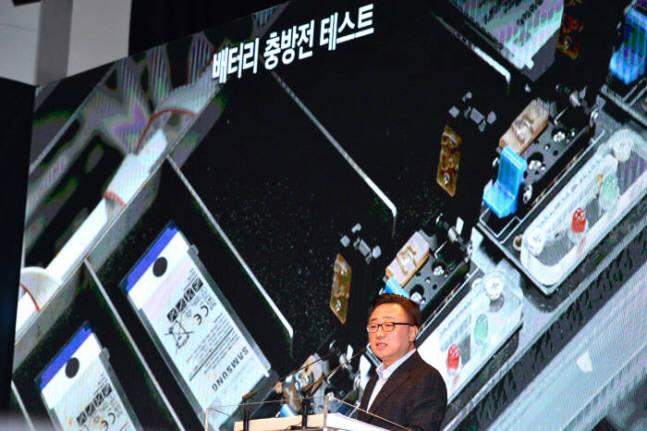 작년 1월 노트7 발화 원인 설명회 때 삼성전자가 공개한 충방전 테스트 사진. 이 테스트 장비를 SH모바일이 공급했다.(사진=전자신문DB)