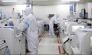 옵트론텍 직원들이 블루필터 제조 공정을 진행하고 있다. <전자신문DB>