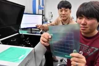 옵트론텍 연구원이 스펙트로미터 측정기로 필터의 특성을 측정하고 있다. 박지호기자 jihopress@etnews.com