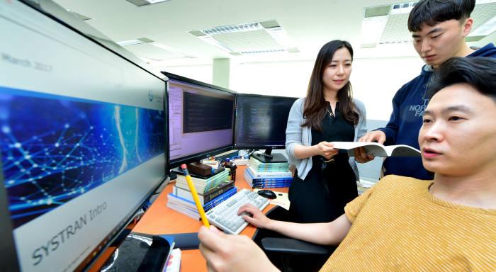 시스트란인터내셔널의 직원들이 AI 기계 번역 솔루션을 시연하고 있다. 전자신문DB