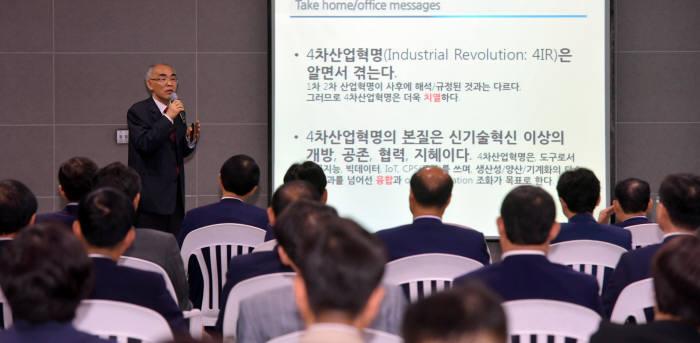 김기선 광주과학기술원 교수가 지난해 5월 광주시청에서 4차 산업혁명 특강을 실시하고 있는 모습.