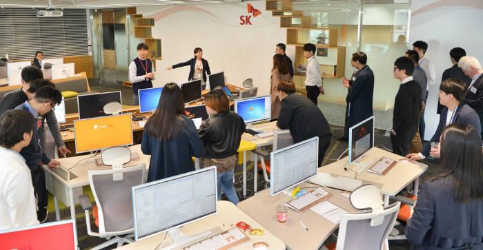 '2018년 씨앗 2.0 프로그램' 교육생들이 SK(주) C&C 사내 클라우드 개발 연구실인 '리체움(Lyceum)'을 살펴보고 있다. SK(주) C&C 제공