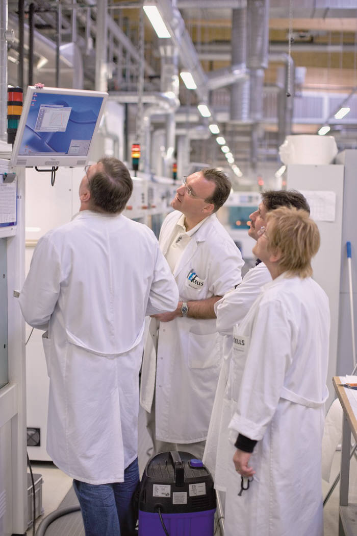 한화큐셀 탈하임 R&S센터 연구원이 제품 관련 정보를 확인하고 있다.