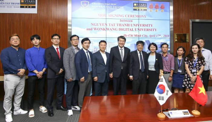 원광대학교는 베트남 NTT대학교와 이러닝 교육사업 교류를 위한 업무협약을 체결했다. 남궁문 원광대학교총장(왼쪽 7번째)이 협약 체결후 관계자들과 기념 촬영을 하고 있다.
