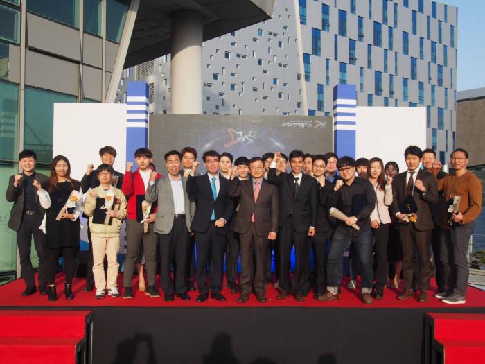 19일 부산문화콘텐츠콤플렉스에서 열린 부산스마트벤처캠퍼스 2기 졸업식에서 졸업생과 관계자들이 기념촬영했다.