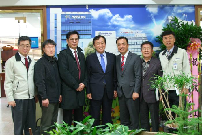 최영수 크레텍책임 대표(왼쪽에서 다섯번째)와 이상헌 LG CNS 상무(오른쪽에서 세번째)가 업무협약을 맺은 뒤 기념촬영하고 있다.