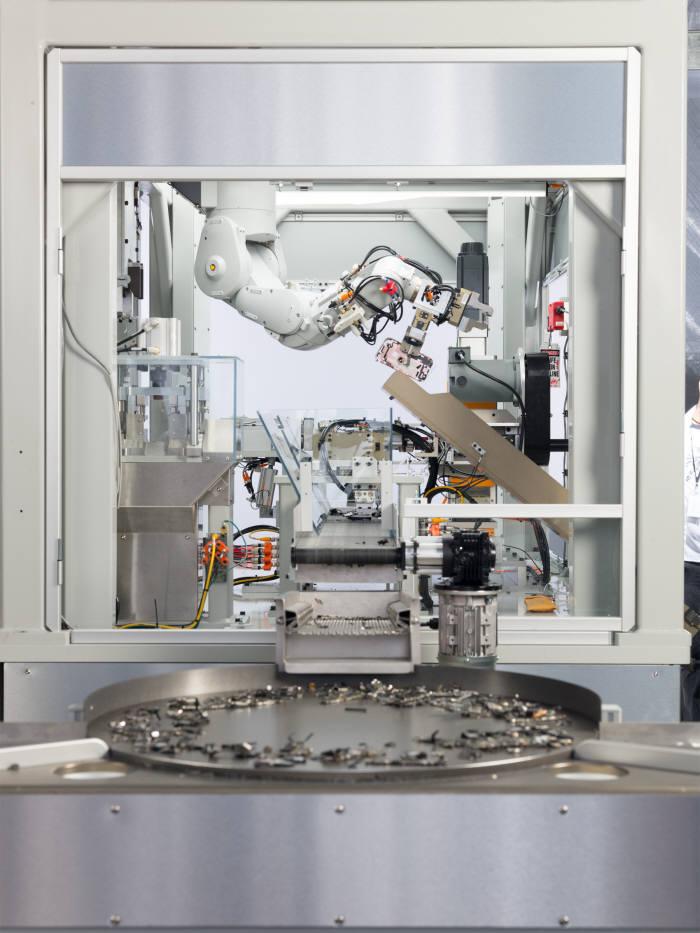 애플이 공개한 아이폰 분해 재활용 로봇 '데이지'