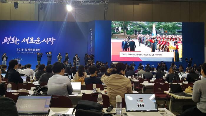 [2018 남북정상회담]김정은, 北 지도자로 첫 南 의장대 사열...정상국가 지도자 인정