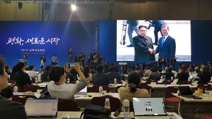 [2018 남북정상회담]문 대통령-김정은 위원장, 정상회담 10시 15분 시작