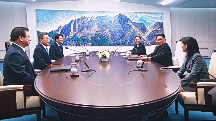 """[2018 남북정상회담]김정은 위원장 """"출발선에서 신호탄 쏜다는 마음가짐으로 왔다"""""""