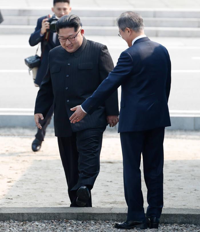 [2018 남북정상회담]문 대통령-김 위원장, 악수하며 나눈 첫 대화는?