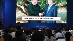기념식수 마친 남북정상