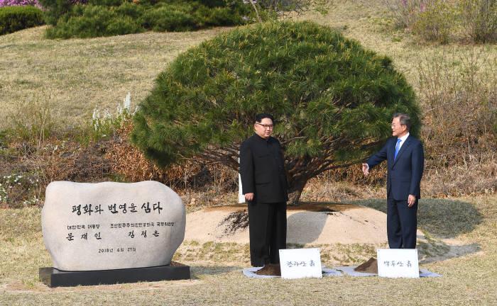 [2018 남북정상회담]기념식수 하는 남북정상