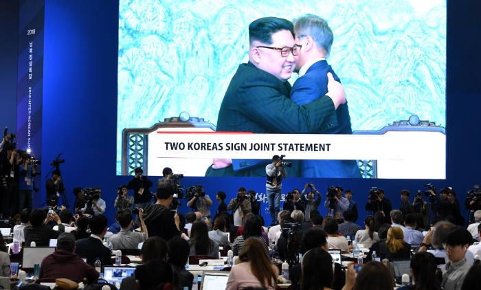 [2018 남북정상회담]판문점선언 후, 포옹하는 남북정상
