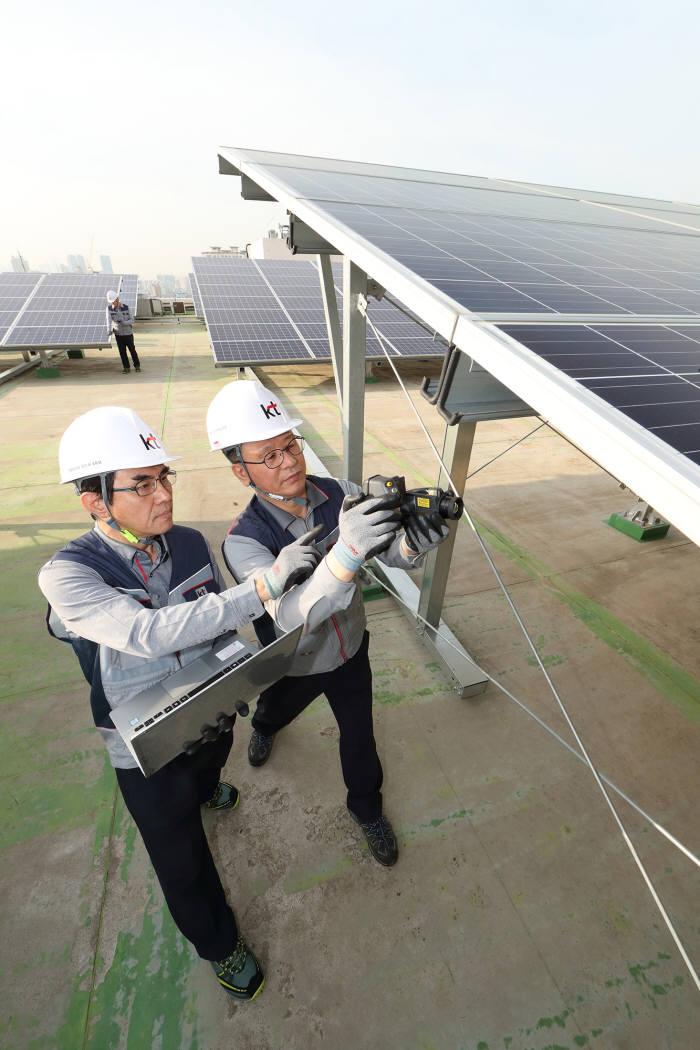 서울시 관악구 KT 구로타워 옥상에 구축된 태양광 발전소에서 KT의 에너지 전문인력이 태양광 발전시설을 점검하고 있다.