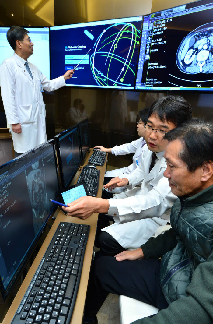 가천대 길병원 의료진이 AI 솔루션 '왓슨'을 이용해 암 환자를 진료하고 있다.(자료: 전자신문DB)