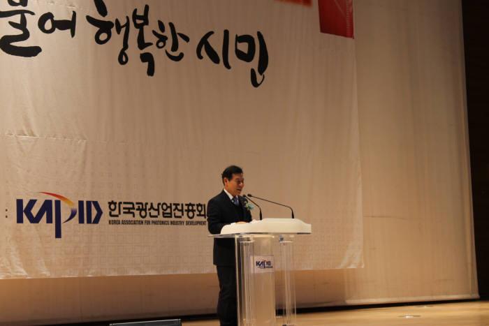 윤장현 광주시장이 5일 김대중컨벤션센터에 열린 '2017 광주 광산업 유망기술 로드쇼 및 바이어 초청 수출상담회'에서 축사를 하고 있다.