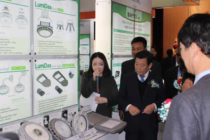 윤장현 광주시장이 5일 김대중컨벤션센터에 열린 '2017 광주 광산업 유망기술 로드쇼 및 바이어 초청 수출상담회' 행사장을 둘러보고 있다.