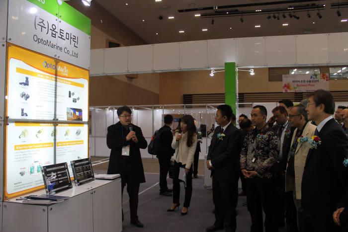 이재형 한국광산업진흥회장(맨 오른쪽)이 5일 김대중컨벤션센터에 열린 '2017 광주 광산업 유망기술 로드쇼 및 바이어 초청 수출상담회' 행사장을 둘러보고 있다.