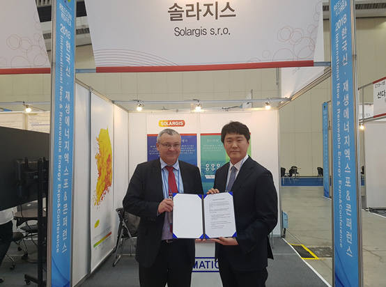 정재원 에너지코드 대표(오른쪽)과 마르셀 슈리 솔라지스 상무가 협약서를 들어보였다. [자료:에너지코드]