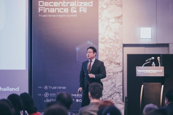 지난 8일 서울 삼성동 인터컨티넨탈 코엑스 하모니볼룸에서 열린 트러스트버스 인사이트 서밋에서 정기욱 트러스트버스 대표가 블록체인 기반 AI자산관리에 대해 발표하고 있다.