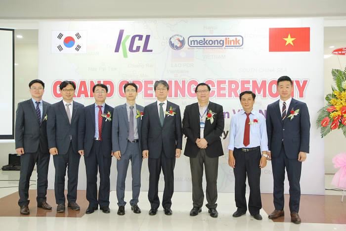 김경식 KCL 원장(왼쪽서 다섯번째)을 비롯한 관계자들이 베트남 연락사무소 개소식 후 기념촬영했다.