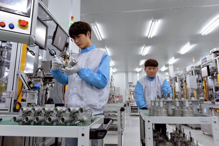 현대모비스 충남 천안공장 iMEB 조립라인에서 작업자가 유로밸브 조립 품질을 점검 중이다. (제공=현대모비스)