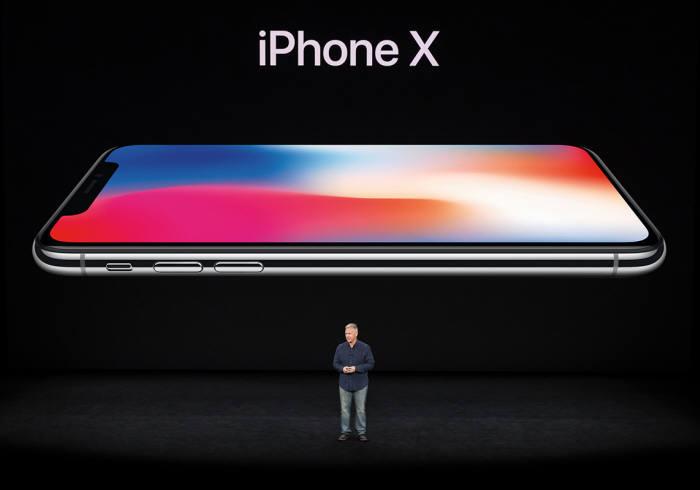 LG화학 'L'자 배터리는 아이폰 플래그십 모델, 특히 아이폰X 차기작에 탑재될 것으로 예상된다. 사진은 작년 9월 열린 애플 키노트에서 필쉴러 부사장이 아이폰X을 소개하고 있는 모습(출처: 애플).