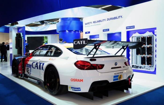 중국의 한 전시회장 CATL 부스에 설치된 전기차. BMW가 중국 합작사 BMW-브릴리언스를 통해 선보인 중국시장용 전기차에는 CATL 배터리가 탑재됐다.