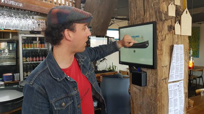 꺼블 운영자인 티초가 발전현황과 암호화폐에 대해 설명하고 있다.