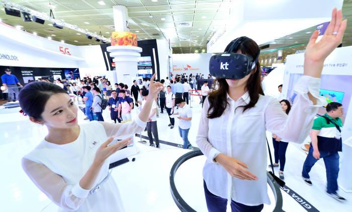 KT가 WIS 2017에서 5G 기반의 가상현실(VR)을 이용해 실제 아이스링크에서 피겨 스케이팅을 타는 듯한 상황을 체험하도록 해 관심을 끌었다.