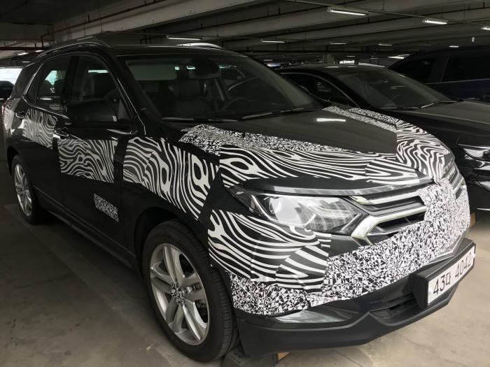 한국지엠 부평공장에서 위장막에 쌓인 채 주차된 중형 SUV '이쿼녹스' 류종은 기자 rje312@etnews.com