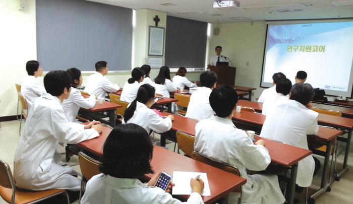 가톨릭대 의생명산업연구원 교수가 의정부성모병원을 방문, 연구지원 프로그램을 교육하고 있다.