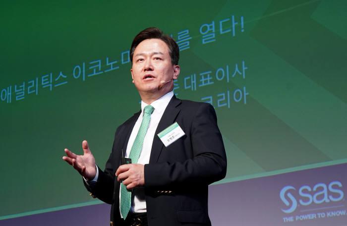 오병준 SAS코리아 대표가 15일 서울 삼성동 코엑스 인터컨티넨탈 호텔에서 열린 'SAS 포럼 코리아 2018'에서 개회사를 하고 있다. SAS코리아 제공