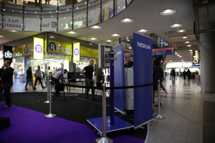 2018년 5월 핀란드 헬싱키 스톡만 백화점에서 노키아가 게임사와 연계한 통신장비 마케팅을 펼치고 있다.