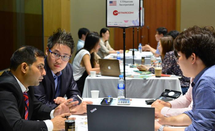 무역협회는 모바일, 통신, 소프트에어, 전자제품 등 분야에서 해외 7개국 38개사 고객을 초청, 국내 ICT 기업과 '글로벌 빅바이어 초청 수출 상담회'를 개최한다. 지난해 상담회 모습.