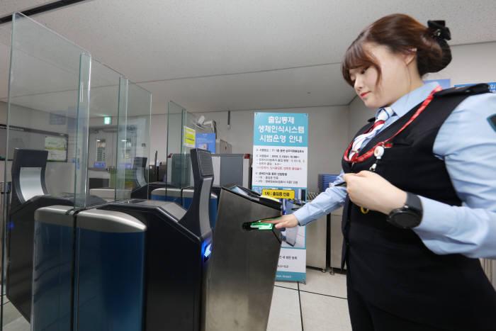 16일 오전 10시부터 인천공항 제1여객터미널 1층 동편 상주직원 출입구에서 비접촉 지문인식 보안시스템을 도입해 시범운영한다.