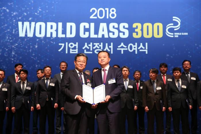 반도체검사장비 업체 엑시콘(대표 박상준, 오른쪽)이 `월드 클래스 300' 지원 대상 기업에 선정됐다.