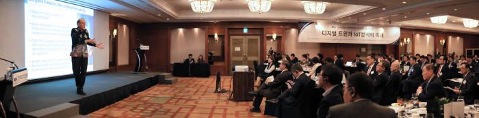 스티븐 브롭스트 테라데이타 최고기술책임자(CTO)는 16일 전자신문과 한국정보산업연합회가 주최한 한국CIO포럼에서 '디지털 트윈과.IoT 분석의 미래'를 주제로 발표하고 있다.