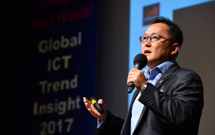 '월드IT쇼(WIS) 2018'은 놓쳐선 안 될 최신 정보통신기술(ICT) 정보를 확인할 수 있는 자리다. 행사장 곳곳에서 열리는 콘퍼런스·세미나·설명회 등에서 향후 ICT 산업을 관통할 트렌드를 파악하고 통찰력을 얻을 수 있다. 지난해 글로벌 ICT 전망 콘퍼런스의 모습.