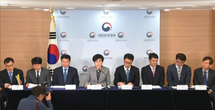 김영주 고용노동부 장관(왼쪽 네번째)이 노동시간 단축 현장안착 지원 대책에 대해 브리핑 했다. [자료:E-브리핑 캡쳐]
